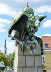 Detailbilder der Architektur Wiens - die Kaiserkrone tragende Bronzeadler - Bildhauer Arthur Strasser, Kennedybrücke.