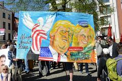 Ostermarsch 2019 - Demo für Abrüstung in Hamburg. Handgemaltes Transparent mit Trumph und der Uschi - Hinweis auf Rheinmetall + Halliburton - Niemand braucht Kriege.