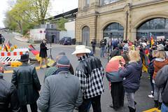 RRechte Kundgebung - Motto Michel, wach endlich auf. Ca. 130 rechte TeilnehmerInnen stehen vor dem Dammtorbahnhof und hören einem Redner zu.