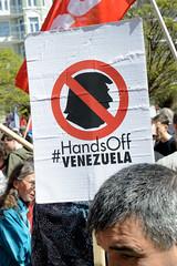 Ostermarsch 2019 - Demo für Abrüstung in Hamburg. Plakat mit Silhouette Trumph - HandsOff Venezuela.