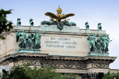 Detailbilder der Architektur Wiens - Dach und Fassadenschmuck der Neuen Burg - goldener Doppeladler mit Krone; Aufschrift HIS AEDIBUS ADHAERET CONCORS POPULORUM AMOR.