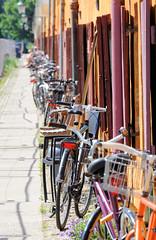 Abgestellte Fahrräder vor dem ehem. Kasernengebäude in der Gernersgade von Kopenhagen - die Terrassenhäuser werden jetzt als Wohnraum genutzt.