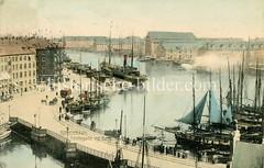 Altes Foto vom Hafen in Kopenhagen - Brücke Børsbroen und Hafenstraße mit Frachtschiffen, Eisenbahnwaggon und Pferdefuhrwerken.