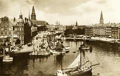 Alte Fotografie vom Holmens Kanal in Kopenhagen; Frachtsegler liegen am Kanalufer.  Der Kanal wurde 1606 für die königliche Flotte gegraben, später wieder zugeschüttet und 1864 als Straße umgewandelt.