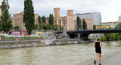 Blick über den Wiener Donaukanal zu den 1869 errichteten Gebäuden der Kronprinz Rudolf Kaserne / Rossauer Kaserne. Das Gebäude im Baustil des romantischen Historismus wurden vom Obersten  Karl Pilhal und Major Karl Markl entworfen -  jetzt Nutzung du