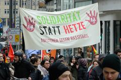 Demo gegen rechte Kundgebung in Hamburg - Hamburger Bündnis gegen Rechts - Transparent, Solidarität statt Hetze - Aufstehen gegen Rassismus.