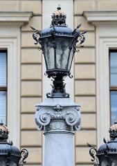 Detailbilder der Architektur Wiens - historische, eiserne Lampen / Kandelaber.