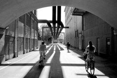 Fahrradweg durch Industrieanlagen / Gewerbegebiet am Südhafen von Kopenhagen.