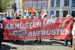Ostermarsch 2019 - Demo für Abrüstung in Hamburg. Rotes Transparent vom DGB Bergedorf, Abrüsten statt Aufrüsten.