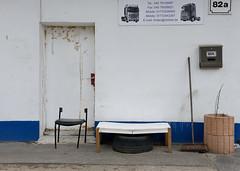 Bilder aus dem Hamburger Stadtteil Billbrook -  Eingang eines Gebäudes in der Berzeliusstraße, ein Stuhl und Tisch stehen am Straßenrand.
