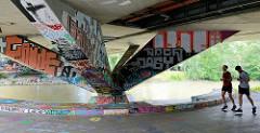 Brückenträger mit Graffiti versehen - Rossauer Brücke über den Wiener Donaukanal.