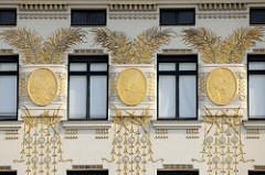 Detailbilder der Architektur Wiens - goldene Ornamente, Hausfassade in der Linken Wienzeile; Entwurf Koloman Moser.