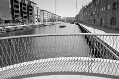 Blick in den Christianshavns Kanal in Kopenhagen - ein Teil des Kanalufers ist mit modernen Wohnblocks bebaut.