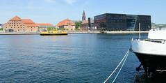 Hafenpromenade in Kopenhagen - lks. das historische Brauereigebäude am Frederiksholm Kanal - re. die moderne Architektur vom Anbau der Königlichen Bibliothek, der sogn. Schwarze Diamant; errichtet 1997 - Architektenbüro Schmidt, Hammer & Lassen.