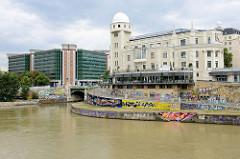 Mündung vom Wienfluss in den Donaukanal - re. das Urania-Gebäude,  Volksbildungshaus mit Sternwarte in Wien. Das Neobarocke Vereinsgebäude wurde 1910 errichtet - Architekt Max Fabiani. Links im Hintergrund steht das Verwaltungsgebäude des Bundesmini