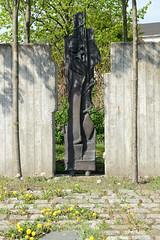 Fotos vom Hamburger Stadtteil Finkenwerder, Bezirk Hamburg Mitte. Gedenkstätte / Denkmal an das KZ Außenlager deutsche Werft, am jetzigen Rüschpark, der  zum früheren Werftgelände gehörte. Das Mahnmal wurde 1996 von dem Finkenwerder Künstler Axel Gro