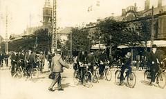 Altes Bild von der Straße  Vester Vodgade in Kopenhagen - Fahrradfahrer, Männer mit Hut / Mütze radeln im Pulk auf der Straße: im Hintergrund der Turm vom Palace Hotel.