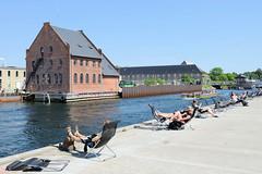 Uferpromenade im Hafen von Kopenhagen -  Liegestühle in der Sonne.