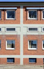 Bilder aus dem Hamburger Stadtteil Billbrook -  Verwaltungsgebäude, Lager im Baustil der 1970er Jahre im Gewerbegebiet der Berzeliusstraße.