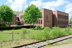 Fotos von Hamburgs Stadtteil Billbrook, Bezirk Hamburg Mitte -  Gebäude der Feuerwehrakademie in der Bredowstraße, davor verläuft ein Bahngleis.