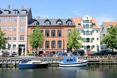 Alte Wohnhäuser und Speichergebäude am Christianshavns Kanal in Kopenhagen.