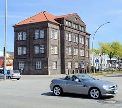 Bilder aus dem Hamburger Stadtteil Billbrook -  denkmalgeschütztes Verwaltungsgebäude an der Moorfleeter Straße / Berzeliusstraße. Das Ziegelgebäude wurde 1923 errichtet, Architekt von Halle.