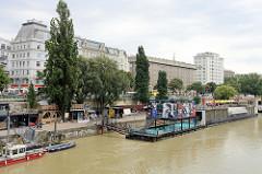 Blick über den Donaukanal zum Rotenturmufer in Wien - am Ufer liegt ein Badeschiff und ein Restaurantboot / Veranstaltungslocation.