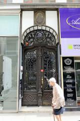 Jugendstil-Eingang vom Wohn- und Geschäftshaus des ehem. Herrenmodegeschäftes P. C. Leschka in der Spiegelgasse von Wien.