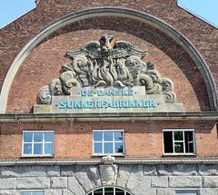 Fassadenrelief eines historisches  Produktionsgebäude, Fabrik  einer Zuckerraffinade in  der Langebrogade /  Christianshavn von Kopenhagen - die ehem. Zuckerraffinade wurde bis 1964 genutzt, dann Lager und z. Zt. Verwaltungsgebäude.