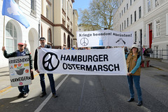 Ostermarsch 2019 - Demo für Abrüstung in Hamburg. Demonstrationsspitze mit Transparenten.