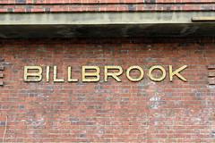 Bilder aus dem Hamburger Stadtteil Billbrook - goldener Schriftzug Billbrook an der Ziegelfassade des Bahnhofgebäudes vom Güterbahnhof in der Wöhlerstraße.