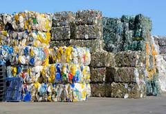 Bilder aus dem Hamburger Stadtteil Billbrook - recycelte Rohstoffe liegen zu Bündeln gepresst auf dem Hof einer Umweltservice Firma  in der Borsigstraße.