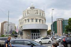 Blick von der Aspernbrücke zum Urania-Gebäude, Volksbildungshaus mit Sternwarte in Wien. Das Neobarocke Vereinsgebäude wurde 1910 errichtet - Architekt Max Fabiani.