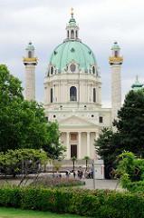 Die Wiener Karlskirche ist eine römisch-katholische Kirche, die 1739 fertiggestellt wurde. Die barocke Kirche wurde von  Kaiser Karl VI. um 1713 geplant und von dem Architekten  Johann Bernhard Fischer von Erlach entworfen wurde.