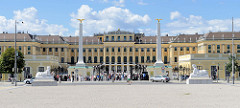 Blick auf den Eingang vom Schloss Schönbrunn in Wien - die Schlossanlage wurde in seiner heutigen Form im 18. Jahrhundert als Sommerresidenz für Kaiserin  Maria Theresia errichtet. Das Schloss Schönbrunn und der etwa 160 ha große Park sind seit 1996