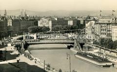 Historische Luftaufnahme vom Donaukanal in Wien - Panorama der Stadt. Rechts am Kanalufer ein Badeschiff / Städtisches Strombad. Diese Volksbäder auf dem Wasser wurden ab 1904 auf dem Kanal eingerichtet, um die  mangelhaften hygienischen Bedingun
