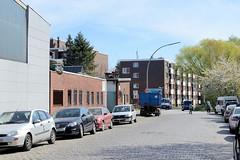 Bilder aus dem Hamburger Stadtteil Billbrook -  Gewerbegebäude am Billbrookdeich; im Hintergrund dieWohnunterkunft / Siedlung am Billestieg.