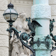 Detailbilder der Architektur Wiens - eiserne Lampe als Reichsapfel - Doppelköpfiger Adler / Doppeladler.