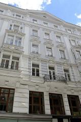 Gründerzeitfassade - Wohnhaus / Geschäftshaus in der Spiegelgasse von Wien.