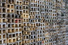 Bilder aus dem Hamburger Stadtteil Billbrook - gestapelte Holzpaletten vor einem Lagergebäude in der Berzeliusstraße.
