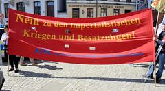Ostermarsch 2019 - Demo für Abrüstung in Hamburg. Rotes Transparent mit der Aufschrift - Nein zu den imperialistischen Kriegen und Besatzungen.