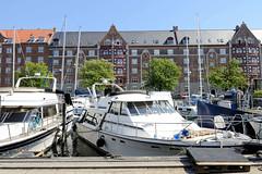 Sportboote / Motorboote liegen am Ufer des Christianshavns Kanal in Kopenhagen.