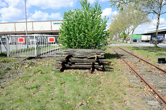 Fotos von Hamburgs Stadtteil Billbrook, Bezirk Hamburg Mitte - Bahnschwellen einer ehemaligen  Gleisanlage in der Bredowstraße liegen gestapelt am Gleisrand.