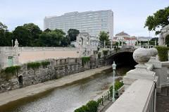 Blick vom Stadtpark über den Wienfluss zum modernen Hotel-Hochhaus Intercontinental; errichtet 1964 - Entwurf Architekturbüro Holabird & Root.