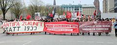 Demo gegen rechte Kundgebung in Hamburg - Hamburger Bündnis gegen Rechts - Transparente an der Spitze des Demonstrationszuges - u. a. Jugend gegen rechte Hetze - für eine solidarische Gesellschaft.