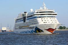 Das Kreuzfahrtschiff AidaLuna verlässt die Hansestadt Hamburg.