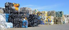 Bilder aus dem Hamburger Stadtteil Billbrook - recycelte Rohstoffe zu Bündeln gepresst liegen auf dem Hof einer Umweltservice Firma  in der Borsigstraße.
