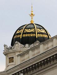 Detailbilder der Architektur Wiens - schwarze Kuppel mit goldener Verzierung und Dachspitze.