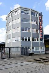 Fotos von Hamburgs Stadtteil Billbrook, Bezirk Hamburg Mitte - polygonales Verwaltungsgebäude im Gewerbegebiet an der Halskestraße.