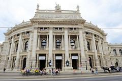 Aussenansicht vom Wiener Burgtheater am Universitätsring - das Theater  gilt als eine der bedeutendsten Bühnen Europas und wurde 1888 eröffnet - Entwurf Gottfried Semper (Grundriss) und Karl Freiherr von Hasenauer (Fassade).